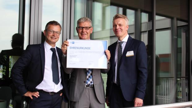 Franz-Josef Isensee (M.) und Peter Pohl (r.) nahmen am Tag der offenen Tür eine Ehrenurkunde der IHK Kassel-Marburg entgegen.