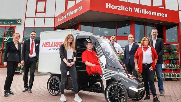 Hellweg-Geschäftsführerin Katharina Semer (l.), Ann-Christin Weiß (3.v.l, Autorin der wissenschaftlichen Studie), Stefan Peltzer (3.v.r., IHK), Ralf Finger (r., Wirtschaftsförderung) und Mitarbeiter der Hellweg-Baumärkte gaben den Startschuss für das Projekt.