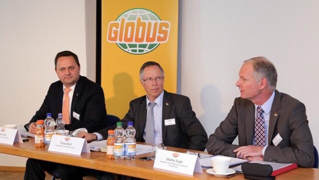 Christian Heins, Geschäftsführer Finanzen Globus SB-Warenhaus, Thomas Bruch, geschäftsführender Gesellschafter der Globus Holding, und Johannes Scupin, Sprecher der Geschäftsführung Globus SB-Warenhaus bei der Pressekonferenz zu den Geschäftsjahreszahlen.