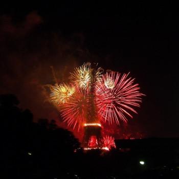 Für Feuerwerke gelten in Europa - im Bild ein Feuerwerk beim Pariser Eiffelturm - viele nationale Verkaufsvorschriften (Foto: Pixabay).