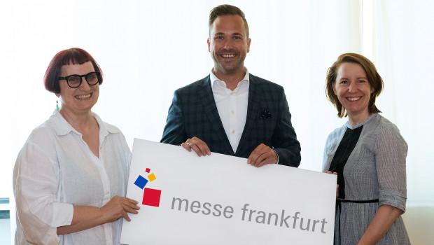 Nicolette Naumann (l.) übergibt die Leitung des Bereichs Konsumgüter der Messe Frankfurt an Philipp Ferger und Julia Uherek.