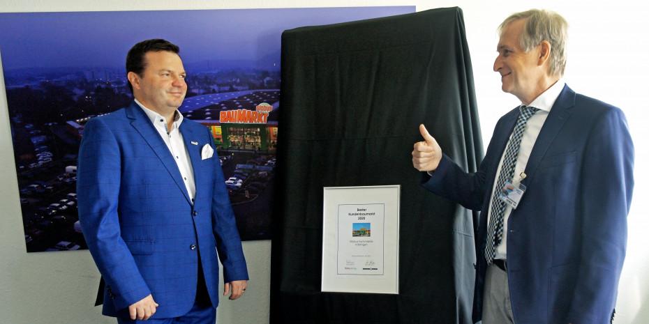 Timo Huwer (l.) freute sich über die erneute Auszeichnung, die von Dr. Ottmar Franzen (Konzept & Markt) und Dr. Joachim Bengelsdorf (Dähne Verlag, hinter der Kamera) überreicht wurde.