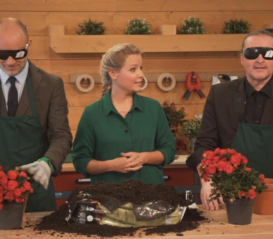 """In Folge 4 der Heimwerkerserie """"toom time"""" spricht Moderator Andreas Bursche mit Joey Kelly über die Herausforderungen auf dem Weg zum Selbstversorger und tritt gegen ihn beim blinden Umtopfen an (Copyright: Toom)."""