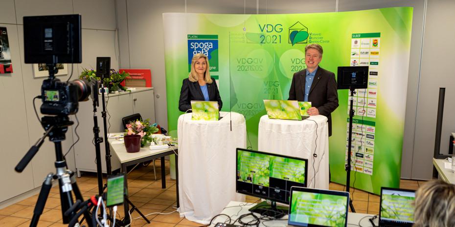 Im Gartencenter Dinger's hatte der VDG ein kleines Studio aufgebaut. Von hier aus moderierten Martina Mensing-Meckelburg und Thomas Buchenau die digitale Mitgliederversammlung.