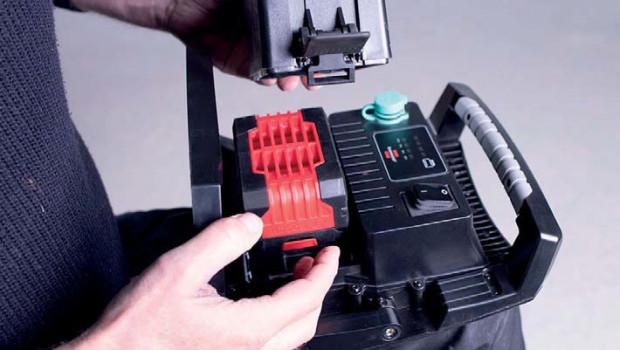 Die Arbeitsstrahler sind mit fünf verschiedenen Akkusystemen kompatibel.