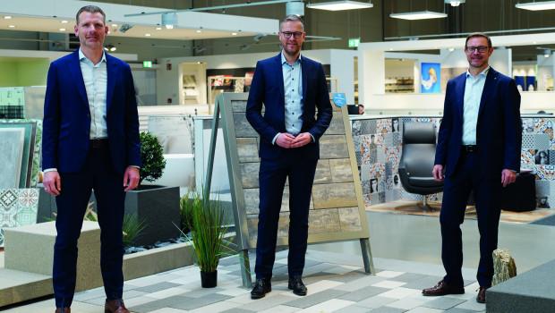 Verkaufsleiter Markus Kern (Mitte) mit den beiden Beinbrech-GeschäftsführernGeorg Böcking (rechts) und Sebastian Flederer (links)bei der Verabschiedung am Unternehmens-Stammsitz.