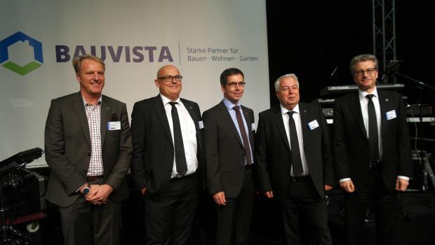 Aufsichtsrat und Geschäftsführung von Bauvista vor dem neuen Namen und dem neuen Logo der Kooperation.