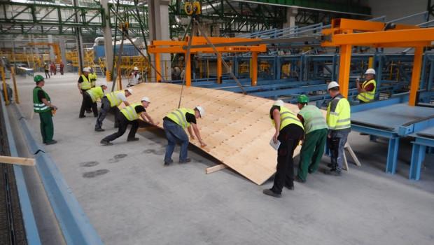 Die neue Furnierschichtholz-Anlage wurde vom finnischen Anlagenspezialisten Raute am bestehenden Standort Czarna Woda errichtet und ging vor einem Jahr in Betrieb.