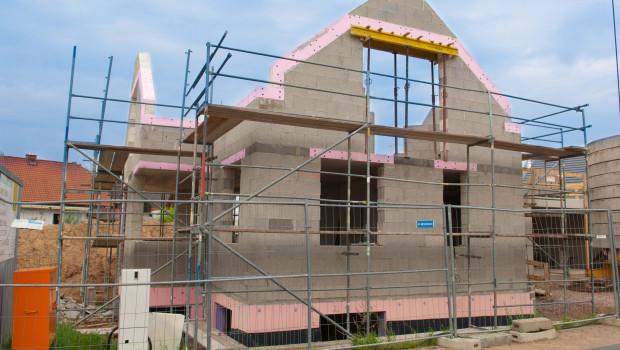 Auch bei den Einfamilienhäusern bleiben die Genehmigungszahlen hinter dem Vorjahresniveau zurück.
