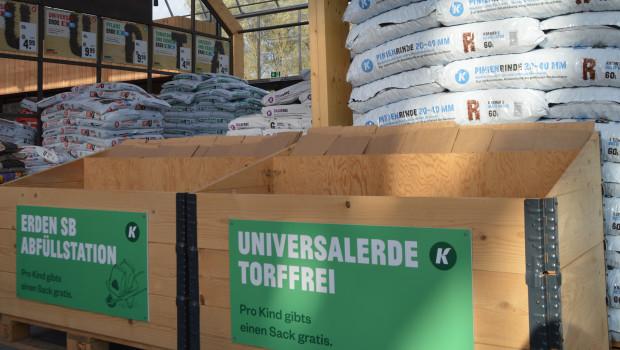 Der Handel vermarktet torffreie Erden oft schon offensiv wie hier das Naturgartencenter Kremer in Lennestadt.