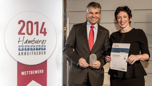 """Dr. Sebastian Dresse, Geschäftsführer Velux Deutschland GmbH, und die Velux Personalleiterin Stefanie Püschel freuen sich über die Auszeichnung """"Hamburgs beste Arbeitgeber-Marke""""."""