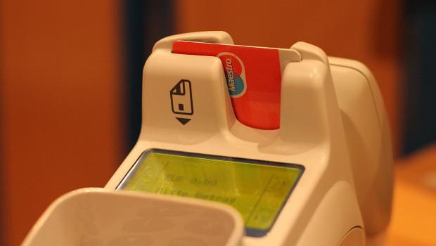 Viele Kunden nutzen aus hygienischen Gründen zunehmend ihre Bankkarte zum Bezahlen.