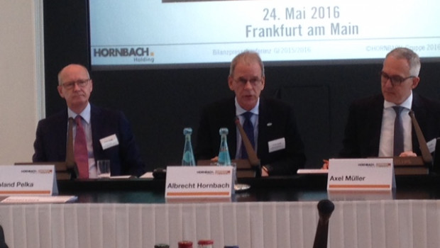 Albrecht Hornbach (Mitte) nahm bei der Bilanzvorlage heute in Frankfurt zur Unternehmensstrategie Stellung.