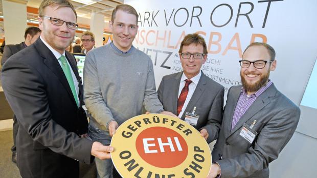 Das Modul ist geprüft und zertifiziert (v. l.): Stefan Paffenholz (EK-Servicegroup), Nils Holm (Johannes Zierleyn KG, Nordhorn), Volker Vetter (Nesemann GmbH, Syke) und Julian Wirtler (EHI Retail Institute GmbH).