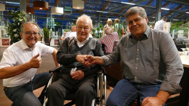 Seltenes Jubiläum in Mönchengladbach: Hans Kitz (r.) arbeitet von seiner Ausbildung an bis heute bei Lenders. Zu den Gratulanten der Überraschungsparty gehörten sein ehemaliger Lehrherr Hermann-Josef Lenders (M.) und Reimund Esser, Geschäftsführer des Gartencenters Lenders.