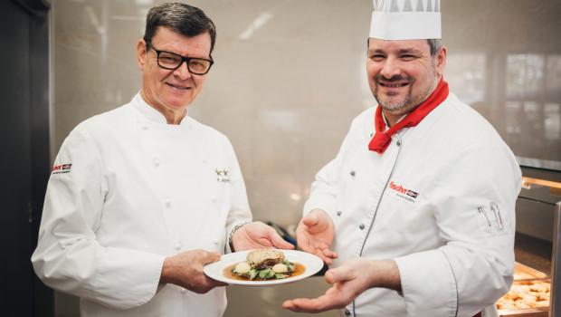 Sternekoch Harald Wohlfahrt (links) und Franky Gissinger, Küchenchef des Fischer-Betriebsrestaurants am Hauptsitz in Tumlingen präsentieren ihre Kreation.