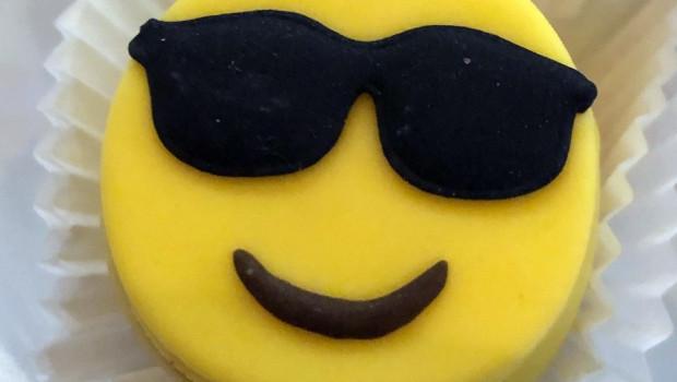 """Gestern wurde Ralf Meistes von Dachser """"offiziell"""", aber in einem privaten Rahmen verabschiedet. Da Ralf Meistes, ein überzeugter Träger von Sonnenbrillen,  seine Mails immer mit einem Sonnenbrillen-Emoji versah, gab es ihn deshalb zur Nachspesie aus Marzipan zum """"Fressengernhaben""""."""