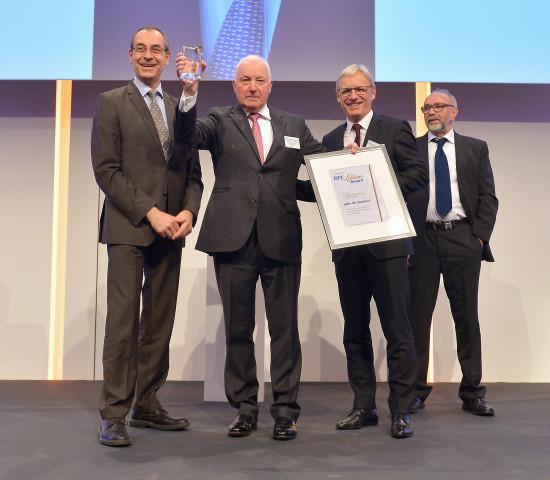 Der Preis wird vom BHB und dem Dähne Verlag vergeben. Von links: Marc Dähne, John Herbert, der BHB-Vorsitzende Detlef Riesche und der Laudator Manfred Valder.