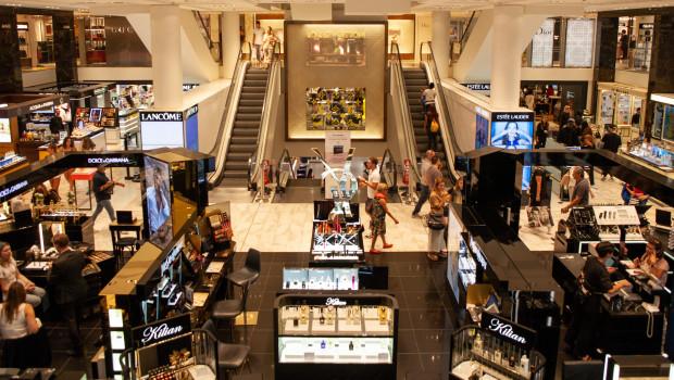 Einfach so shoppen gehen, das geht zur Zeit leider nicht. Der Konsum leidet unter dem Lockdown, doch die Anschaffungsneigung entwickelt sich besser als erwartet.