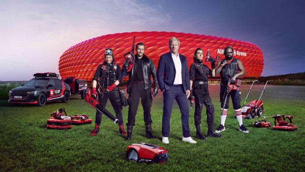 """Das E-Team besteht aus Vinzenz Kiefer als """"Crazy DIY"""" (von links),Michael Epp als """"Frank"""", Sylta Fee Wegmann als """"Skye"""" und Komi Togbanou als """"Mike"""". Oliver Kahn ist Auftraggeber."""