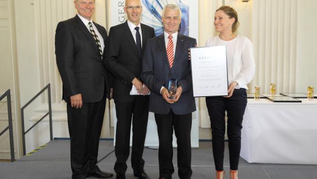 Münchens Hagebaumarkt-Geschäftsführer Burkhard von Fritsch (2. v. r.) nimmt den Rudolf-Egerer-Preis vom Vorstandsvorsitzenden der Akademie Handel Jürgen H. Dörfler