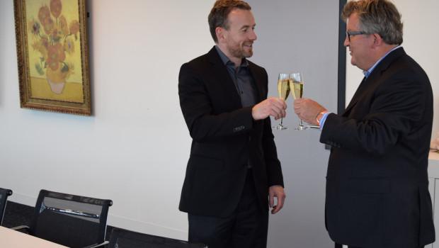 Axel Rüger (l.), Geschäftsführer des Van-Gogh-Museums, und Biense Visser, Vorstandsvorsitzender von Dümmen Orange, haben den Sponsorenvertrag unterzeichnet.