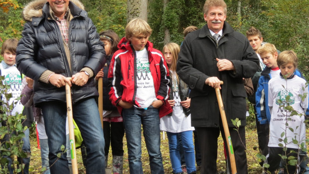 Dr. Hansjörg Flassak, Geschäftsführer Dehner, und Rains erster Bürgermeister Gerhard Martin bei der Baumpflanzaktion.