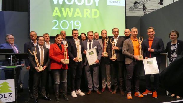 """Die Gewinner des Woody Awards 2019 beim Branchentag Holz in Köln. Insgesamt wurden dieses Jahr sieben """"Woodys"""" verliehen."""