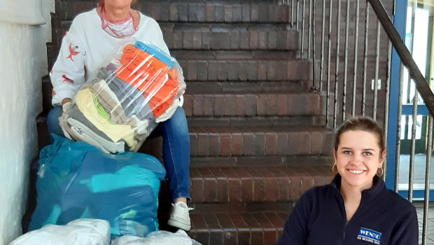 Christa Cholewinski (l.), Geschäftsführerin des Kinderschutzbunds in Hilden, und Sophie Schimmeck Wenko-Mediengestalterin, mit der Ausbeute der Aufräumaktion.