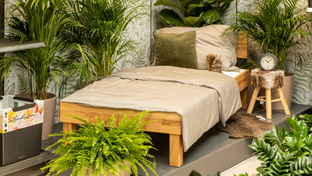 Ein Bett im Gartencenter: Das neue Bellaflora-Konzept arbeitet auch mit neuen Wohnsortimenten.