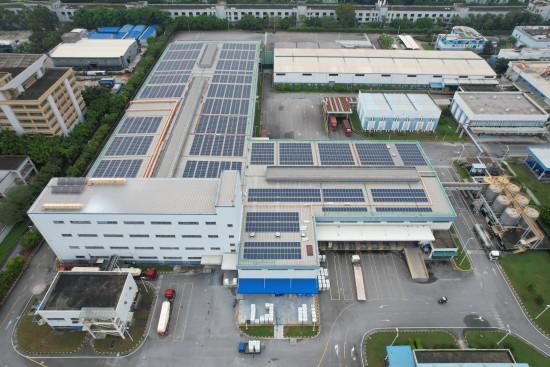 Auf dem Dach der Produktionsstätte in Guangzhou wurden bislang knapp 3.000 Solarmodule installiert.