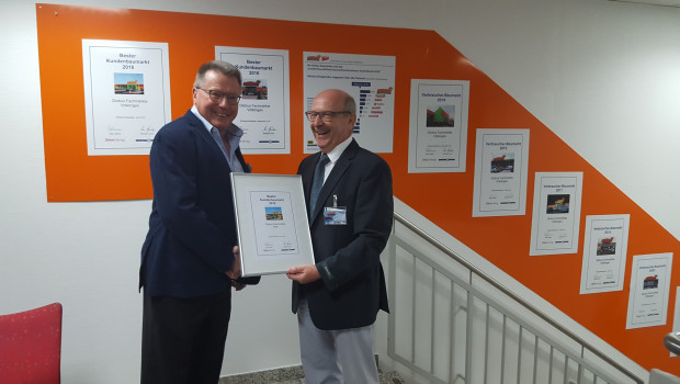 Am gestrigen Dienstag überreichte Michael Fuchs (r.) von Konzept & Markt Erich Huwer, Geschäftsführer von Globus Baumarkt, die Urkunde für den besten Kundenbaumarkt 2018.