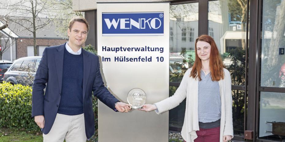 Redakteurin Laura Rinn übergab in Hilden die Auszeichnung für das diy Produkt des Jahres 2020/2021 an Wenko-Geschäftsführer Niklas Köllner.