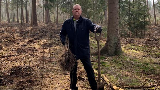 Dirk Timmermeister, Einkäufer bei NBB Egesa, nahm den Spaten selbst in die Hand und half bei der Baumpflanzaktion der Kooperation tatkräftig mit.