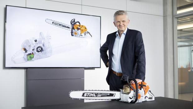 Stihl-Vorstandsvorsitzender Dr. Bertram Kandziora präsentiert die Stihl MS 500i, die weltweit erste Benzin-Motorsäge mit elektronisch gesteuerter Kraftstoffeinspritzung.