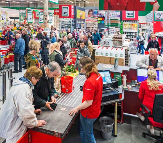 Großer Kundenandrang zur Eröffnung des Hagebaumarktes in Marktheidenfeld.