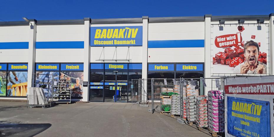 Die Außenfront des Bauaktiv Discount Baumarktes in Lübeck.
