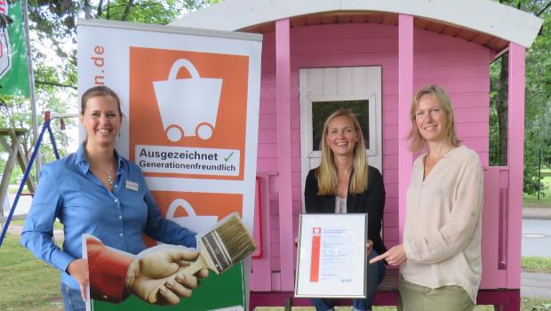 Auszeichnung in Ahrensburg (v. r.): Monika Dürrer, Geschäftsführerin des Einzelhandelsverbands Nord, übergibt die Urkunde an Hagebaumarkt-Geschäftsführerin Beatrix Wendland und Marktleiterin Susanne Scherrer.