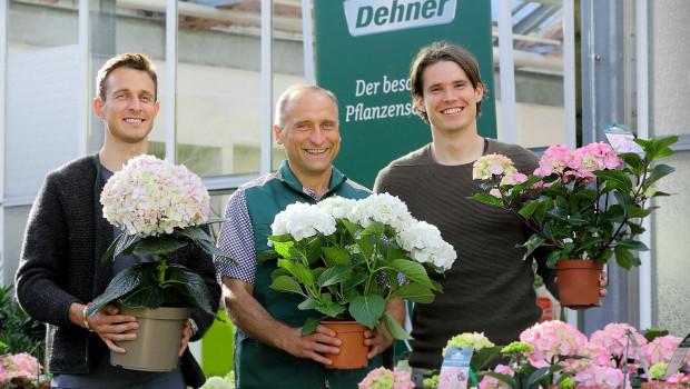 Freuen sich auf die Saison (v. l.): FCA-Spieler Christoph Janker, Robert Engelhard, Dehner-Marktleiter in Augsburg-Lechhausen, und FCA-Spieler Marwin Hitz.