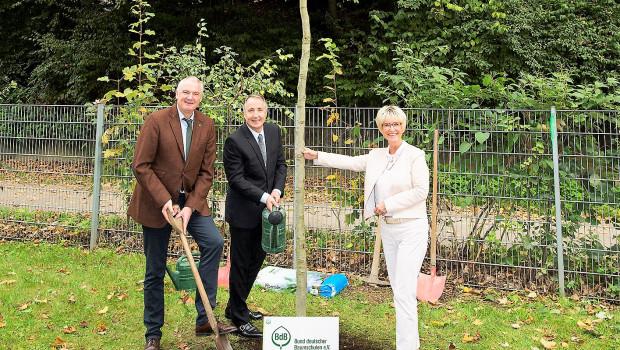 Messegeschäftsführer Oliver P. Kuhrt pflanzte zusammen mit BdB-Präsident Helmut Selders einen Amberbaum in Essen.