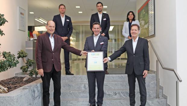 Das Zertifikat für die Auszeichnung wurde am Fischer-Hauptsitz überreicht.