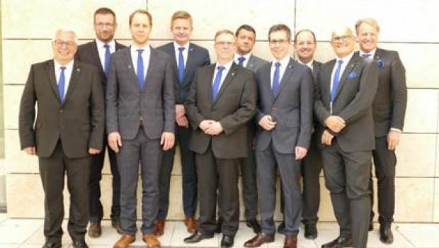 Der Aufsichtsrat der Bauvista - auf dem Bild zusätzlich mit den zwei Geschäftsführern - besteheht ab sofort nur noch aus acht Personen.