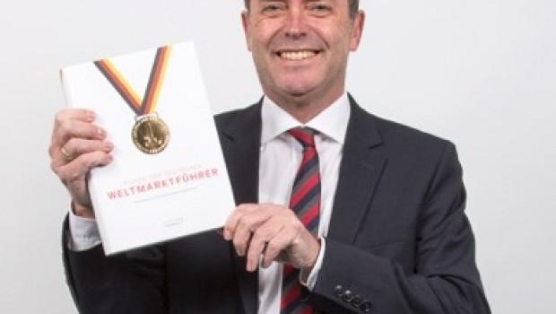 Michael Bräuer, Marketing Director von Abus, freut sich über die Auszeichnung.