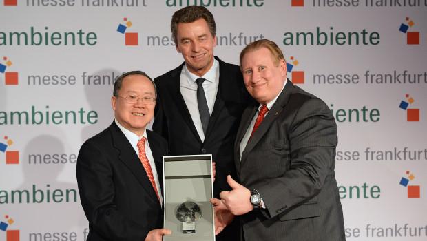 Übergabe des Partnerland-Globus vom japanischen Botschafter S. E. Takeshi Nakane (l.) an Kevin C. Milas, Generalkonsul der USA (r.), zusammen mit Messechef Detlef Braun.