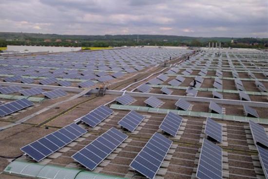 Um seine Ziele zu erreichen, setzt die Otto Group unter anderem auf die Produktion von Öko-Strom, wie hier am Logistik-Standort Ohrdruf.