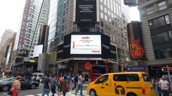 Fischer leuchtet am Times Square