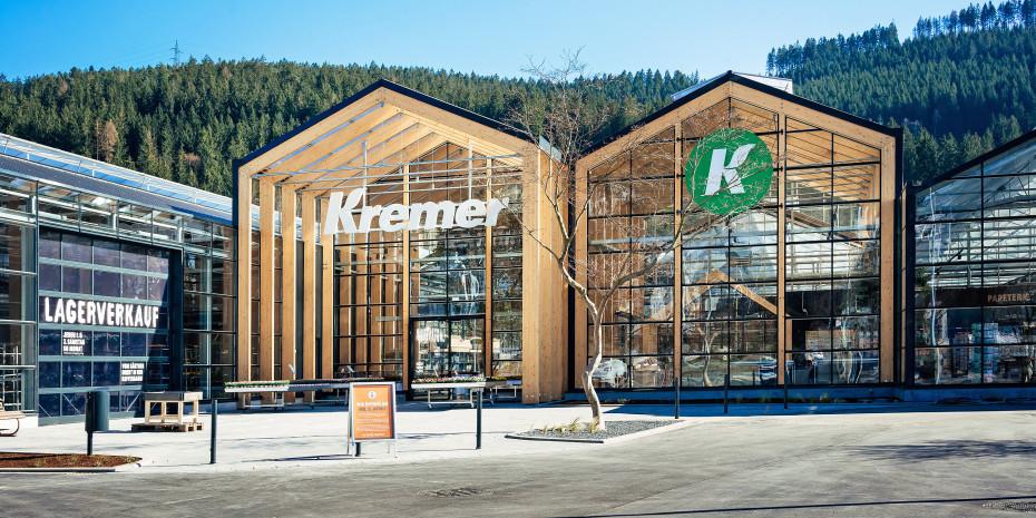 Holz, Glas, Stahl: Die Grundbaustoffe dominieren das Erscheinungsbild des Naturgartencenters in Lennestadt.