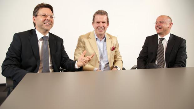 Freuen sich über die Einigung beim Artikelstammdatenaustausch (v. l.): Jochen Ludwig (Obi), Jörg Pretzel (GS1) und  Tobias M. Koerner (Gardena).