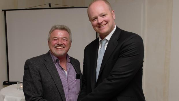 Ian Jackson (r.) verabschiedet Heinz Dreher.