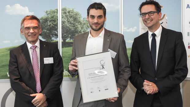 Feierliche Preisverleihung (v. l.): Thomas Wagenpfeil (Tüv Süd Akademie), Tobias Elis (JWO-Aktiv), Pascal Gerckens (Leiter Handelsblatt 360°).